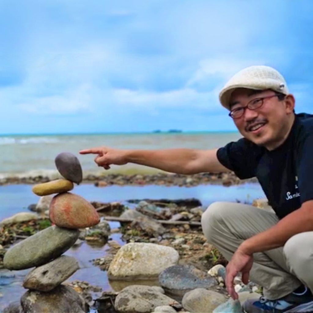 石花いっせい氏は、横浜石花会を主宰する石花師です。佐渡島の石花地域他日本各地に赴き、石花(ロックバランシング)の普及活動を積極的に展開しています。横浜石花会は毎月第一月曜日に横浜中華街で実施されています。