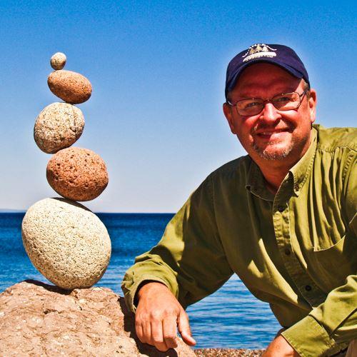 Peter Juhl氏は、1990年代から、地元のスペリオル湖周辺を中心に、ロックバランシング作品の写真を撮り続けてきました。 各地でワークショップを開催し、世界で最初のロックバランシング入門書を発表し、日本でも翻訳、出版されています。